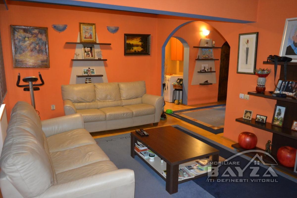 Pret: 93.000 EURO, Vanzare apartament 5 camere, zona Transilvaniei