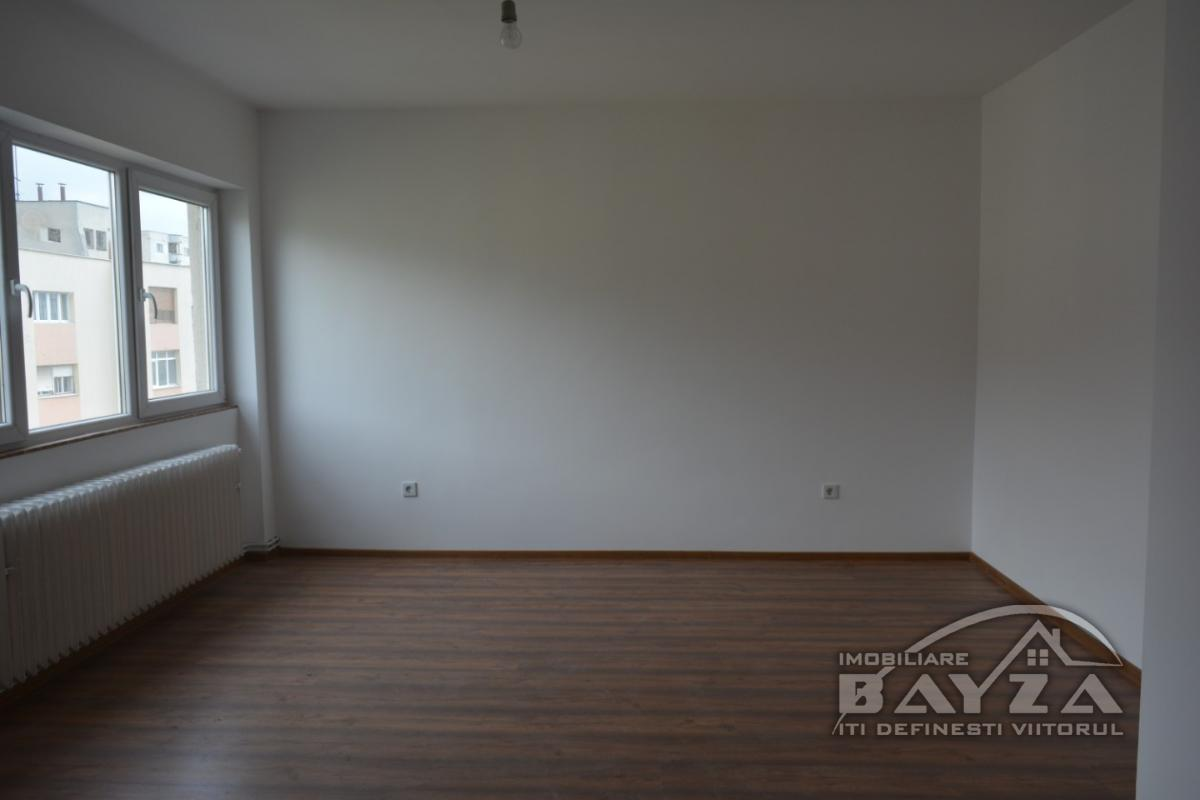 Pret: 87000 EURO, Vanzare apartament 3 camere, zona Republicii - Bisericuta de lemn