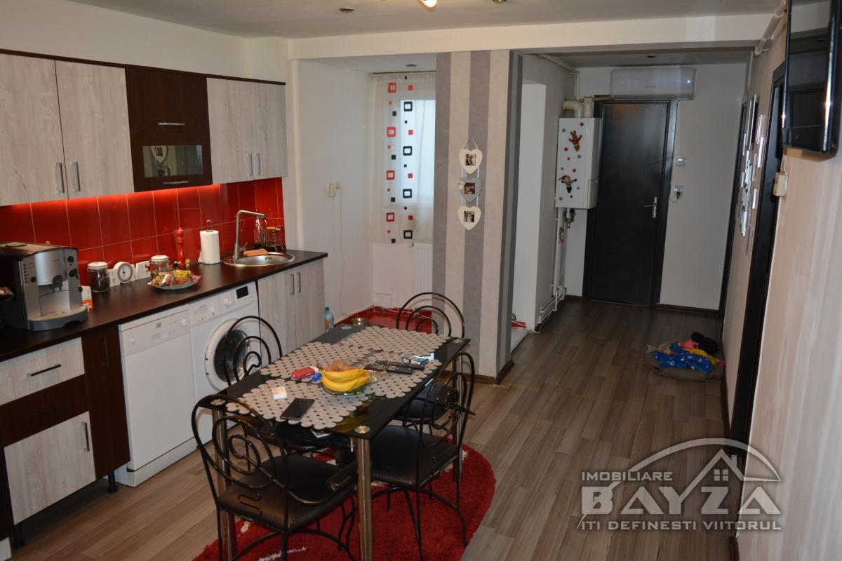 Pret: 82.000 EURO, Vanzare apartament 3 camere, zona Bulevardul Bucuresti