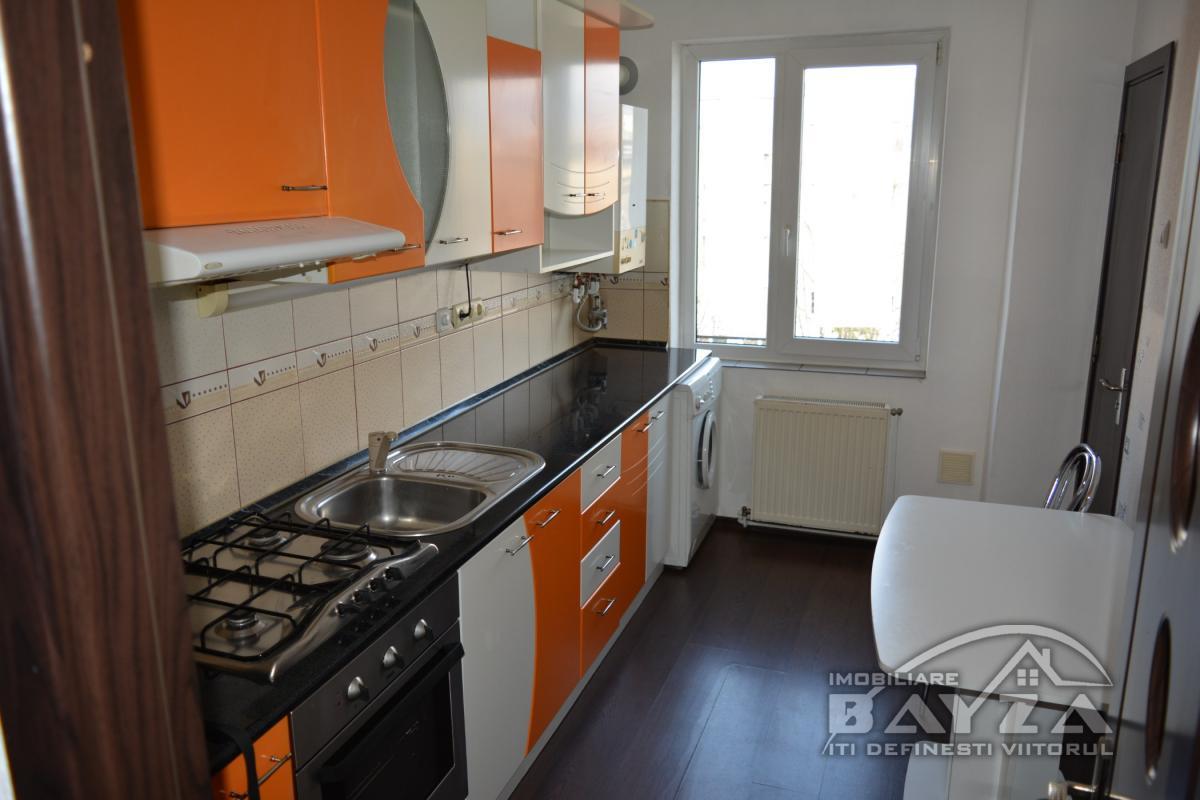 Pret: 71.000 EURO, Vanzare apartament 3 camere, zona Dobrogei