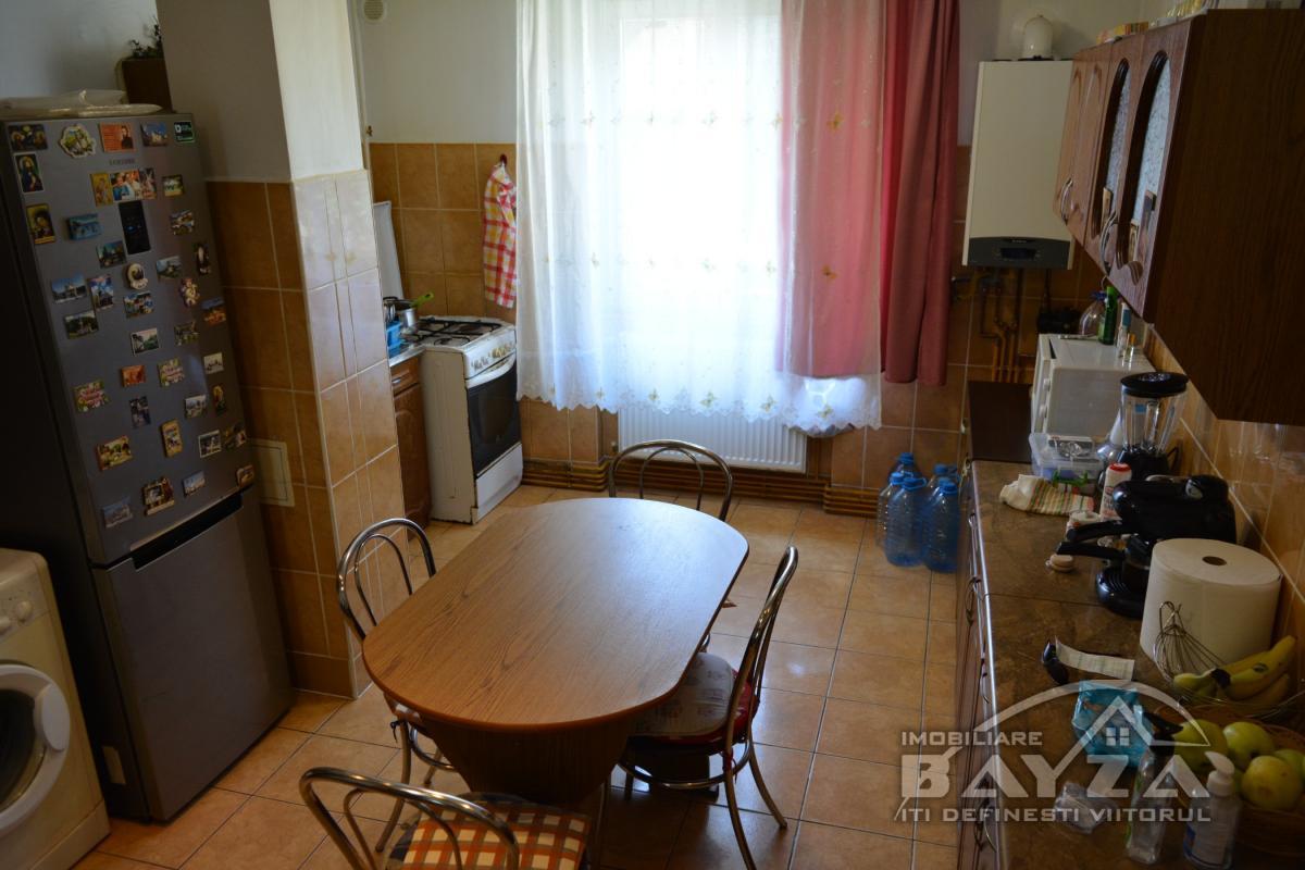Pret: 74.500 EURO, Vanzare apartament 3 camere, zona Iuliu Maniu