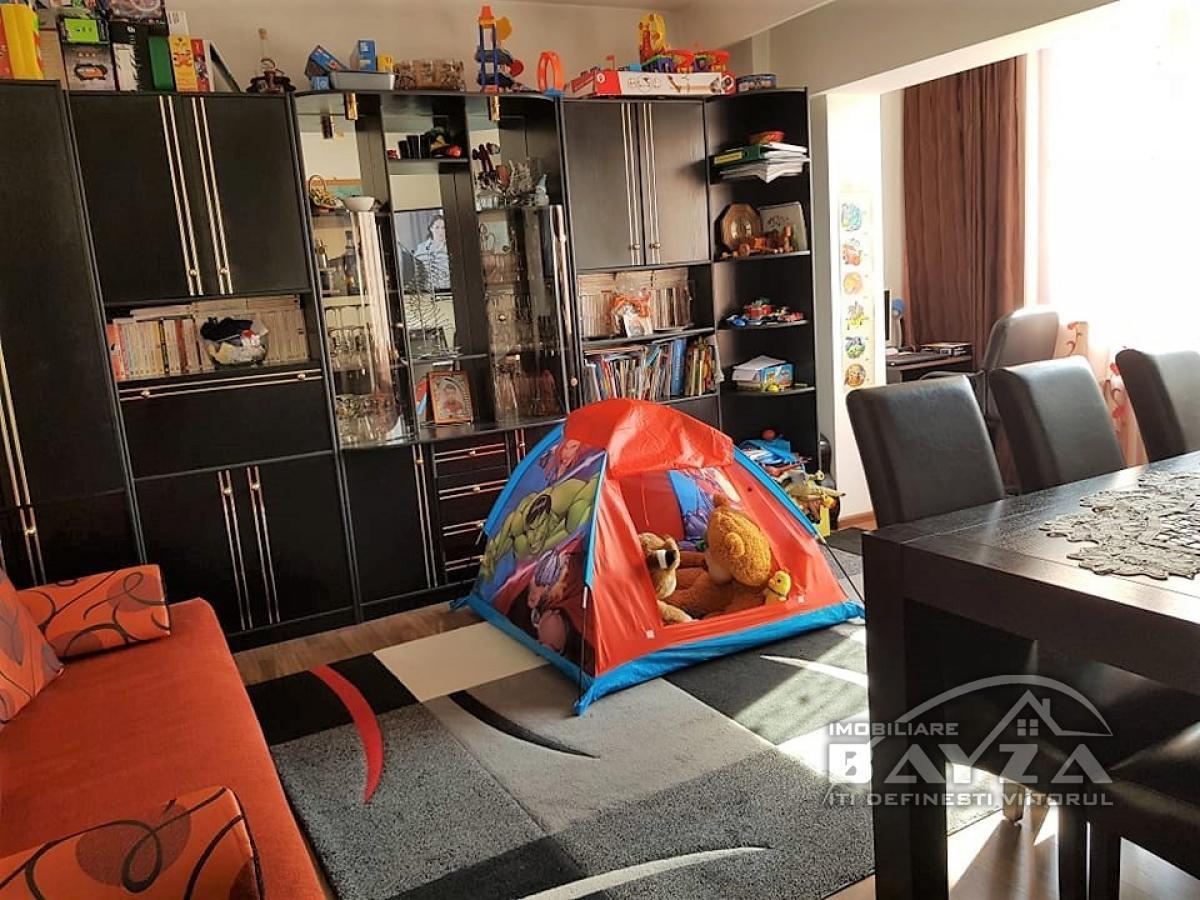 Pret: 72.000 EURO, Vanzare apartament 3 camere, zona Bulevardul Decebal
