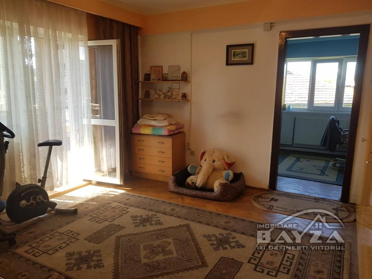 Pret: 65.000 EURO, Vanzare apartament 3 camere, zona Gheorghe Bilascu
