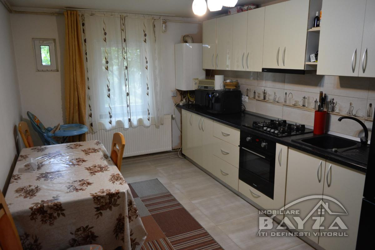 Pret: 60.000 EURO, Vanzare apartament 3 camere, zona Granicerilor