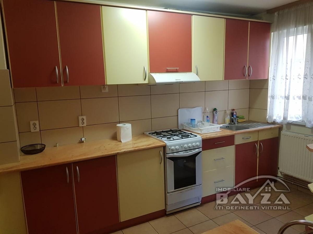 Pret: 71.500 EURO, Vanzare apartament 3 camere, zona Bulevardul Decebal