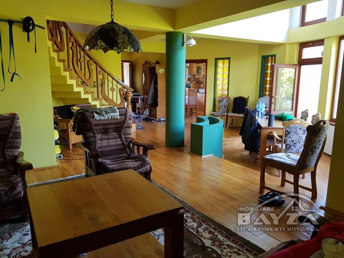 Pret: 600 EURO, Inchiriere casa 5 camere, zona Victoriei
